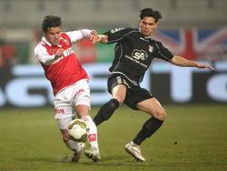 Marco Ospitalieri (l.) en Navarone Foor (r.) vechten om de bal in het Jupiler League-duel tussen MVV en NEC. (20-03-2015)
