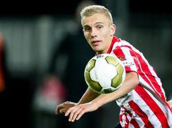 Finn Stokkers richt zijn vizer op de bal tijdens het competitieduel Sparta Rotterdam - SC Telstar. (25-09-2015)
