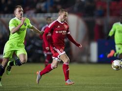 Damon Mirani (l.) zit Ricardo Kip op de hielen tijdens de wedstrijd Almere City - Jong Ajax. (04-03-2016)