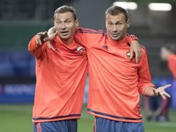 Aleksey Berezutskiy (l.) en Vasiliy Berezutskiy (r.) arm in arm bij CSKA Moskou. (14.09.2015)