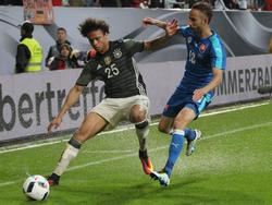 Köln-Profi Dušan Švento (r.) kann vielleicht im Achtelfinale gegen Deutschland nicht spielen