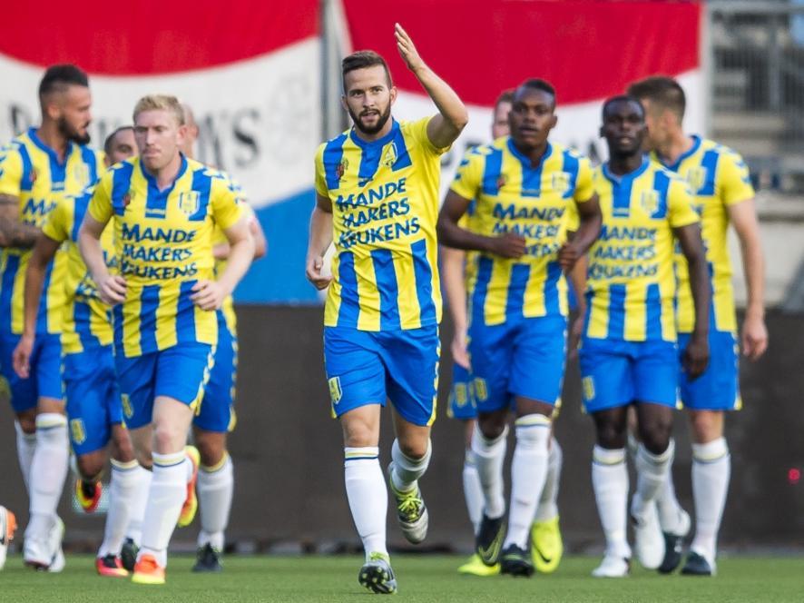 De spelers van RKC Waalwijk vieren de treffer van Kenny Anderson (m.) tegen Jong Ajax (26-08-2016).