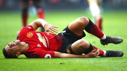 El chileno Alexis Sánchez se duele sobre el césped de Old Trafford. (Foto: Getty)