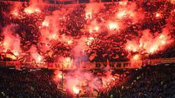 Fans von Dynamo Dresden zünden im Hamburger Volksparkstadion beeindruckendes Feuerwerk