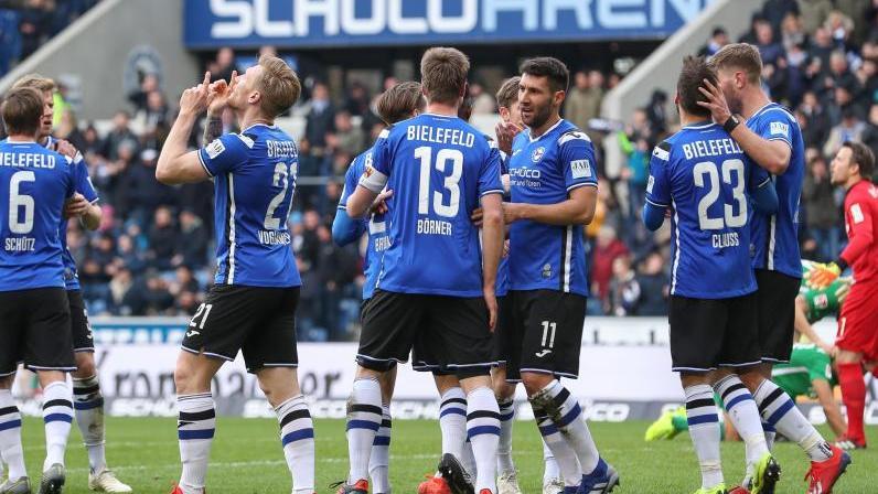 Die Bielefelder feiern einen Treffer gegen den VfL Bochum