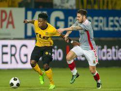Frederic Ananou (l.) moet oppassen met de bal aan de voet, aangezien aanvaller Sam Hendriks (r.) druk zet op de verdediger. (17-02-2017)