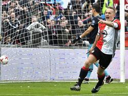 Jens Toornstra bedankt na het scoren van de 1-0 Terence Kongolo voor zijn assist tijdens het competitieduel Feyenoord - PSV (26-02-2017).