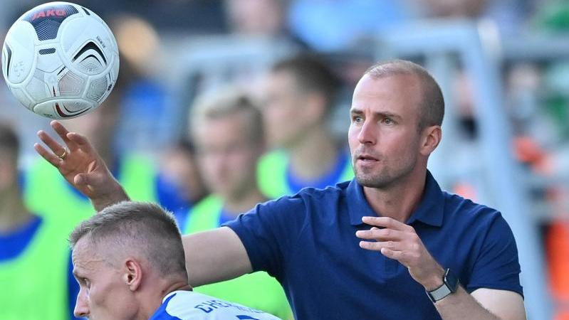 Agierte bei seinem Pflichtspieldebüt im DFB-Pokal äußerst besonnen: Trainer Sebastian Hoeneß (r.) von der TSG 1899 Hoffenheim