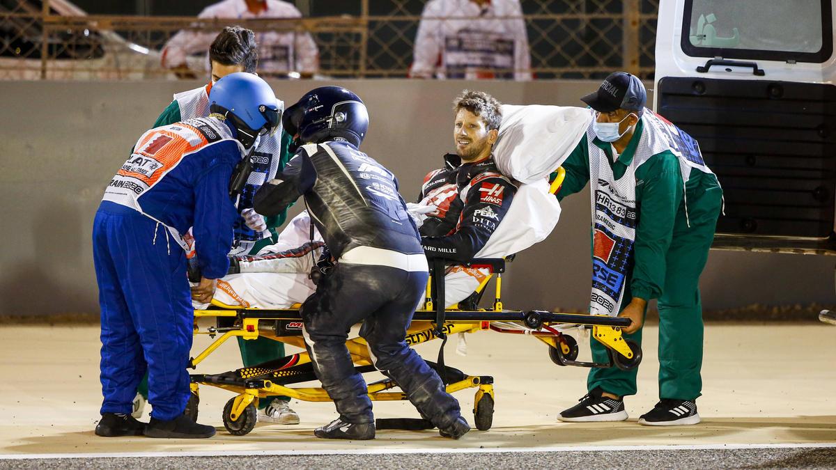Erschöpft und erleichtert: Romain Grosjean konnte sich aus dem Feuerwrack befreien