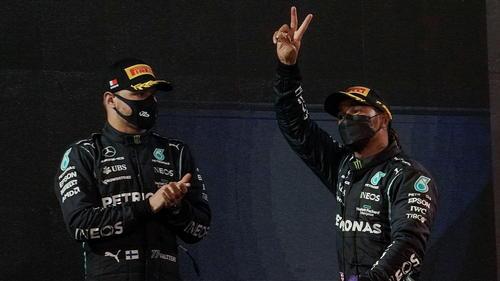 Hamilton (re.) jubelt über P1 in Bahrain, Bottas ist nach dem dritten Platz bedient