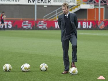 Bert Konterman, assistent-trainer van Jong FC Twente, legt voor het duel met FC Volendam de ballen goed voor de warming-up. (20-10-2013)
