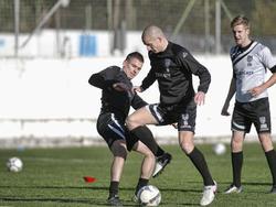 Tim Breukers en Bas Sibim gaan met elkaar in duel op trainingskamp in Spanje. (05-01-2016)