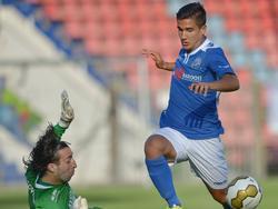 Khalid Sinouh (l.) houdt Edouardo Ceria van het scoren in de oefenwedstrijd FC Den Bosch - Sparta. (18-06-2014)