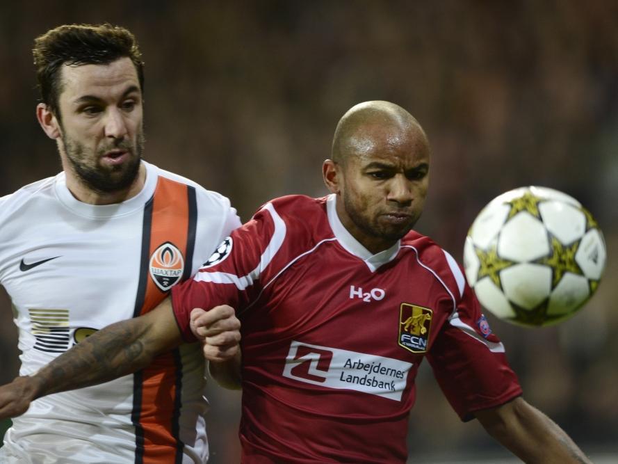 Joshua John duelleert namens FC Nordsjaelland met Darijo Srna van Shakhtar Donetsk. (21-11-2012)
