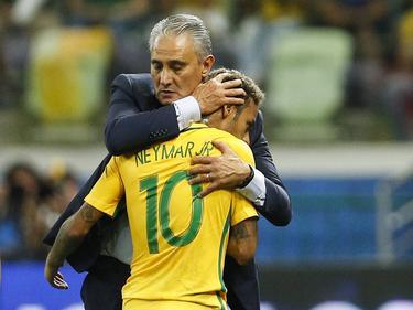 Tite consuela a Neymar tras una sustitución. (Foto: Imago)