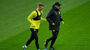 Dortmunds Trainer Lucien Favre (r.) nimmt Marco Reus vor Kritik in Schutz