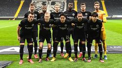 Eintracht Frankfurt setzt auch in Zukunft auf Makoto Hasebe (vorn, Mitte)