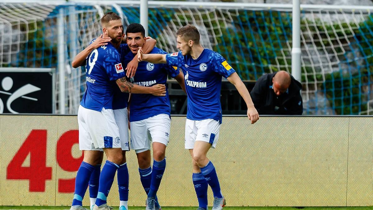 Spielt FIFA 20 auf der Konsole: Boujellab (M.) vom FC Schalke 04