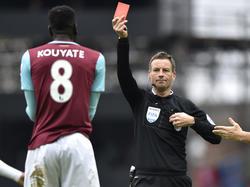 Cheikhou Kouyaté (l.) wordt tijdens de wedstrijd West Ham United - Crystal Palace door scheidsrechter Mark Clattenburg (r.) van het veld gestuurd na een overtreding op Dwight Gayle. (02-04-2016)
