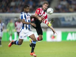 Kenneth Otigba (l.) en Luuk de Jong gaan tijdens de competitiewedstrijd sc Heerenveen - PSV vol voor de bal. (22-08-2015)