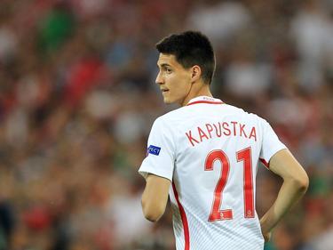 Bartosz Kapustka kijkt om zich heen tijdens het EK-duel Polen - Portugal (30-06-2016).