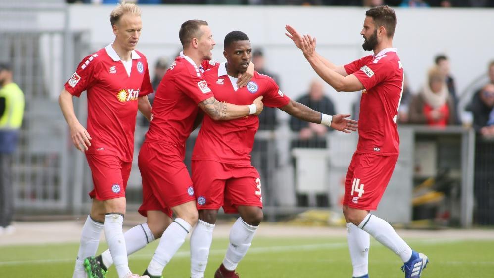 Der MSV Duisburg feiert einen 2:0-Erfolg bei Holstein Kiel