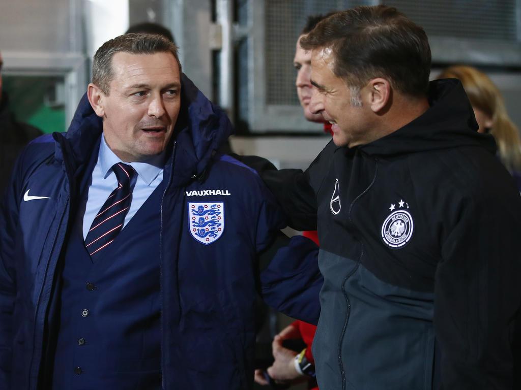 Aidy Boothroyd (l.) und Stefan Kuntz kämpfen um den Finaleinzug bei der U21-EM