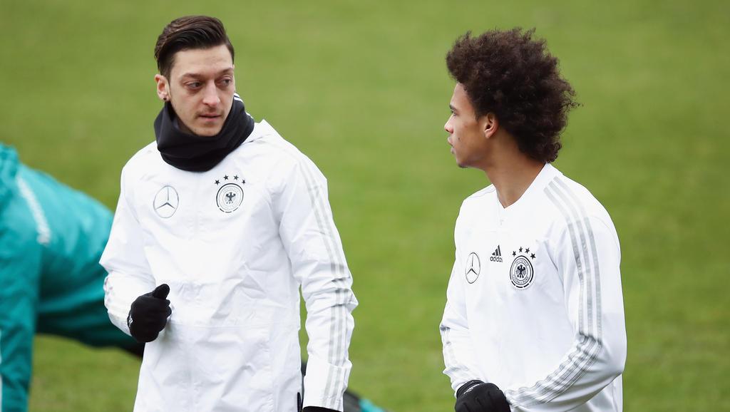 Leroy Sané (r.) soll auf dem Wunschzettel des FC Bayern stehen