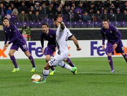 Nacer Chadli zet Tottenham Hotspur vanuit een strafschop op voorsprong tegen Fiorentina in de Europa League. (18-02-2016)