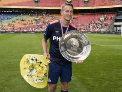 Luuk de Jong toont de Johan Cruijff Schaal na afloop van het duel FC Groningen - PSV. (02-8-2015)