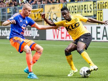 Richmond Boakye (r.) van Roda JC probeert Feyenoorder Sven van Beek uit te spelen. (20-09-2015)