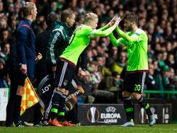 Donny van de Beek (l.) maakt in de Europa League-wedstrijd tegen Celtic zijn officiële debuut in het eerste elftal van Ajax. Hij vervangt Lasse Schöne in Schotland. (26-11-2015)