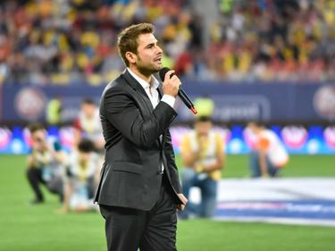 Adrian Mutu spreekt het publiek toe voorafgaand aan een interland tussen Roemenië en Georgië. (03-06-2016)