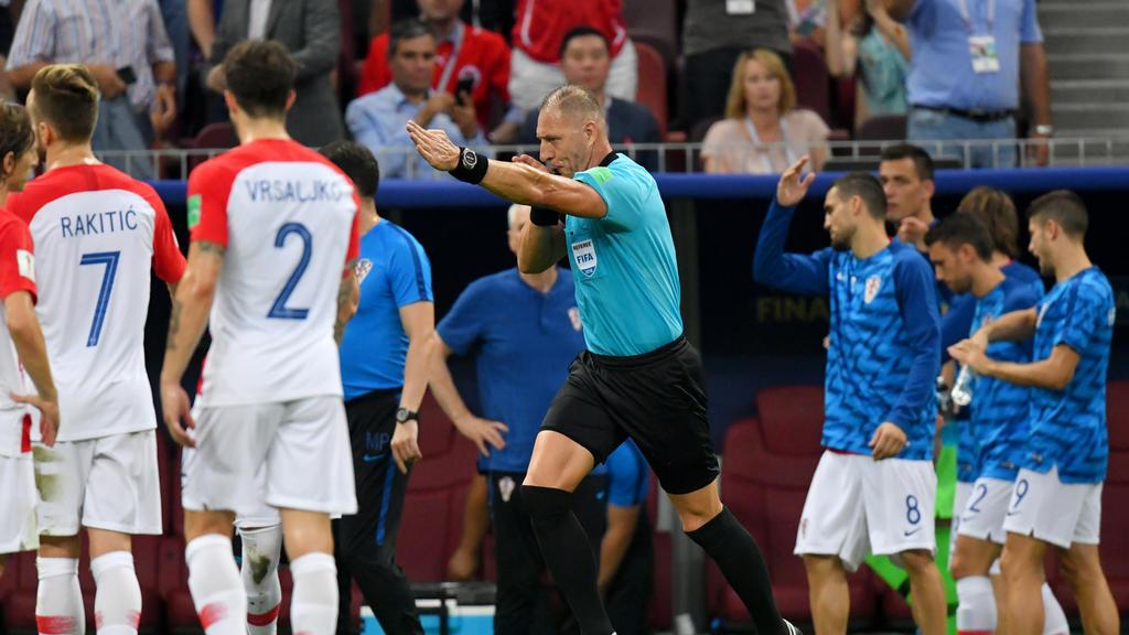 Schiedsrichter Nestor Pitana entschied nach Videobeweis auf Elfmeter