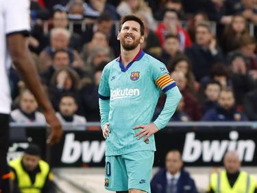 Messi se lamenta del mal partido completado en Mestalla.