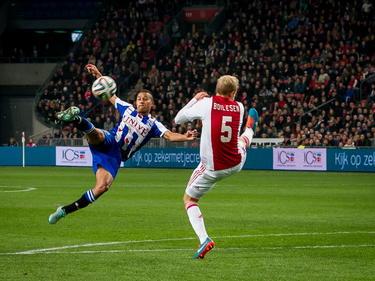 Luciano Slagveer (l.) neemt een afgeslagen corner in één keer op de volley en scoort schitterend in de wedstrijd Ajax - sc Heerenveen. Nicolai Boilesen stapt uit, maar is te laat. (22-11-2014)