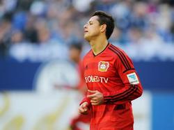 Javier Hernández baalt van een gemiste kans tijdens het competitieduel FC Schalke 04 - Bayer Leverkusen (23-04-2016).