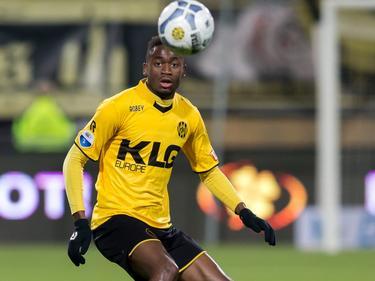 Maecky Ngombo houdt zijn oog op de bal tijdens de competitiewedstrijd tegen FC Utrecht. (26-01-2016)
