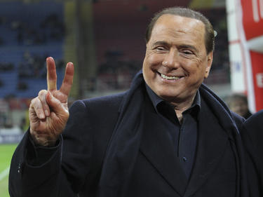 Silvio Berlusconi hace el signo de la victoria en una imagen de archivo. (Foto: Getty)