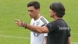 Löw conversa con Özil en la concentración alemana de mayo. (Foto: Getty)