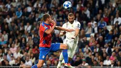 Benzema anota de cabeza el 1-0 en el Bernabéu. (Foto: Getty)