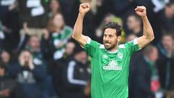 Werders Claudio Pizarro läuft in der nächsten Saison wieder mit der Trikotnummer 14 auf