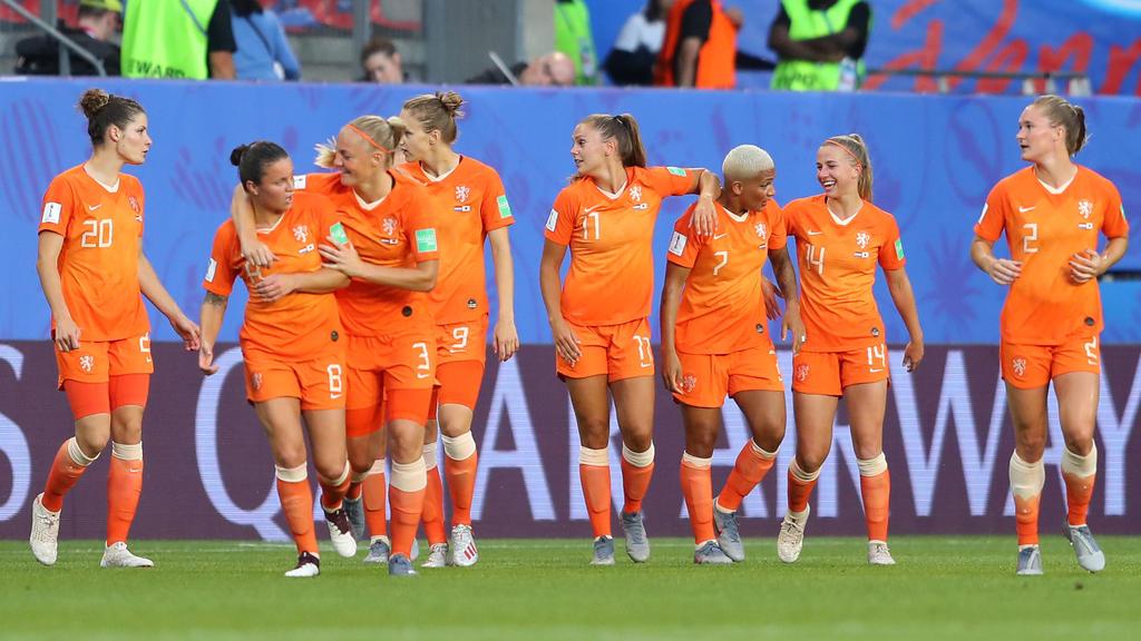 Lieke Martens (M.) war mit zwei Toren die gefeierte Matchwinnerin