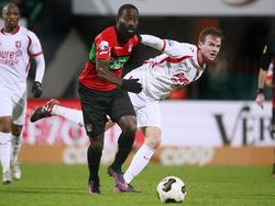 Quincy Owusu-Abeyie (l.) wint het duel van Peet Bijen (r.) tijdens het competitieduel NEC - FC Twente. (26-11-2016)