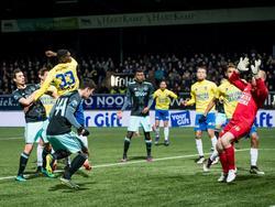 Pelle Clement (l.) kopt een voorzet achter Leonard Nienhuis (r.), waardoor het 2-1 wordt in Leeuwarden. (15-12-2016)