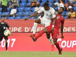 Salomon Kalou (l.) flog mit der Elfenbeinküste aus dem Afrika Cup