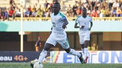 Mané lleva el cuero con la camiseta de Senegal.