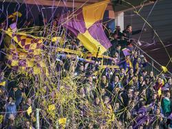 De fans van VVSB maken er een heel groot feestje van in Den Bosch. Hun ploeg scoort in de laatste tien minuten drie keer en lijkt richting de halve finale van de KNVB beker te gaan. (03-02-2016)