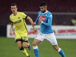 Elseid Hysaj (r.) geeft Ivan Perišić (l.) het nakijken in een sprintduel tijdens het Coppa Italia-duel tussen SSC Napoli en Inter. (19-01-2016)