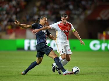Zlatan Ibrahimović (l.) weet de bal net voor de voeten van Jérémy Toulalan weg te tikken tijdens AS Monaco - Paris Saint-Germain. (30-08-2015)